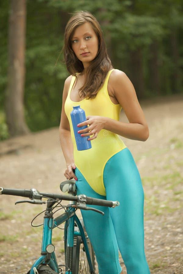 Eignungfrau mit Flasche und Fahrrad lizenzfreie stockfotografie