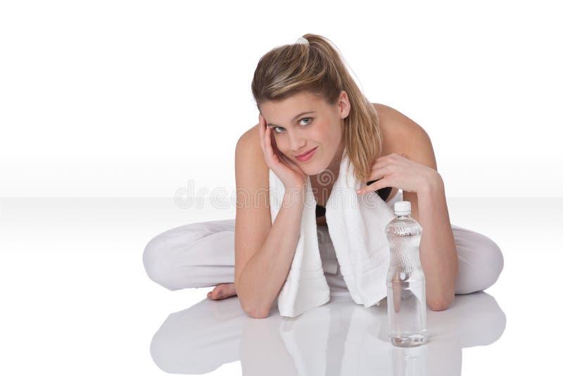 Eignungmädchen mit weißem Tuch lizenzfreies stockbild