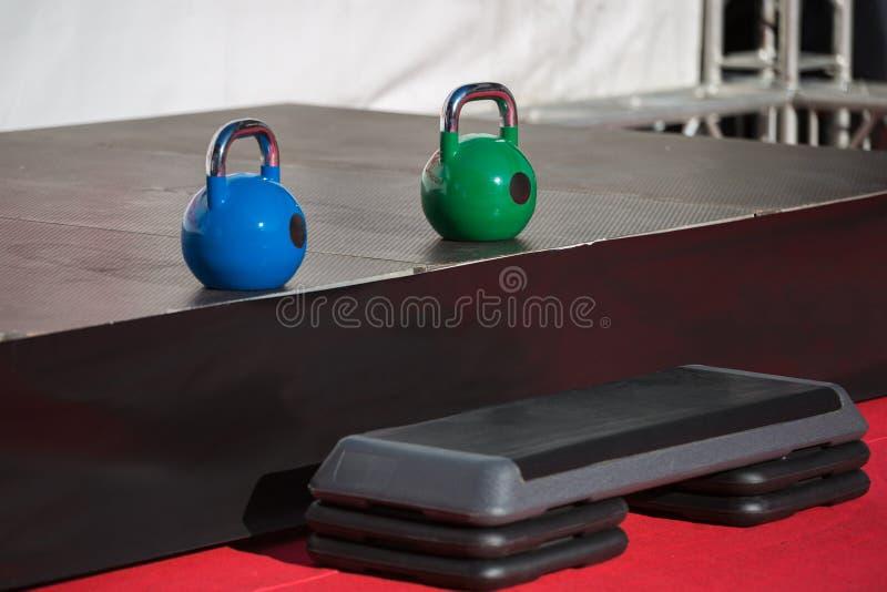 Eignungs-Ausrüstung innerhalb der Turnhalle: Zwei Dummköpfe und Schritt-Plattform lizenzfreie stockfotografie