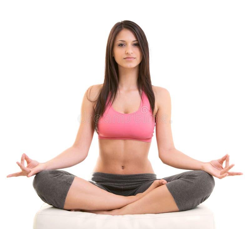 Eignungs-Frau, die in der Yoga-Lage sitzt lizenzfreies stockbild