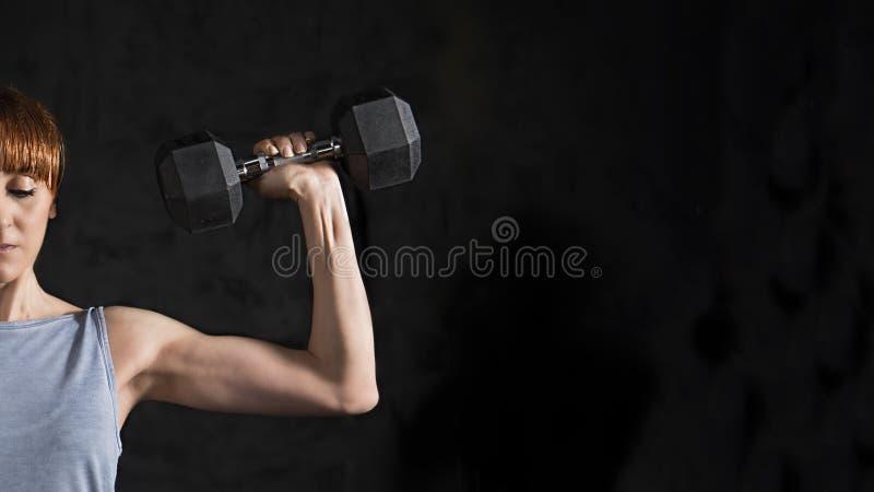 Eignungs-Frauen-Training mit Dummkopf lizenzfreies stockfoto