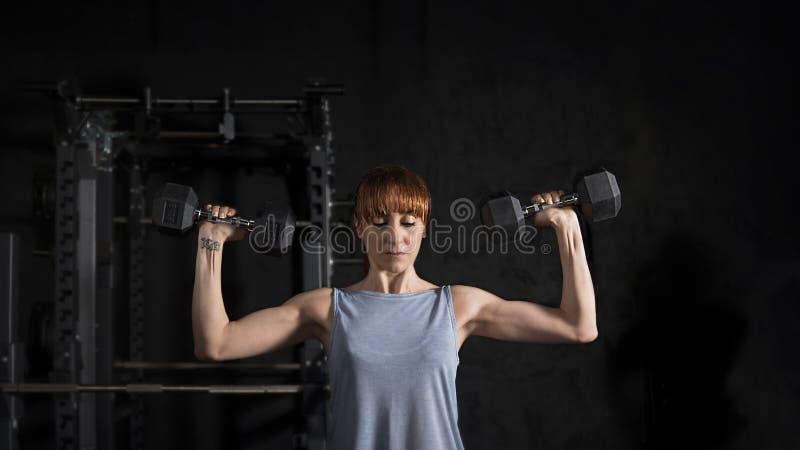 Eignungs-Frauen-Training mit Dummkopf stockfotos