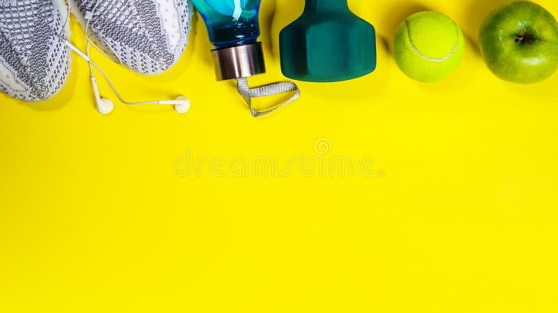Eignungs-, gesunde und aktivelebensstile lieben Konzept, Dummköpfe, modische Sportturnschuhe, Flasche Wassertennisball und stockfotos