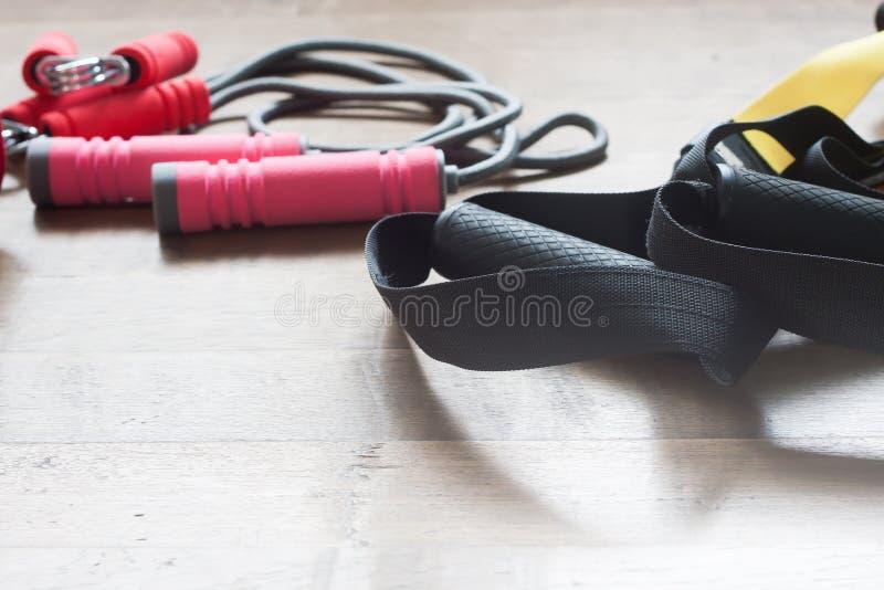 Eignungs- und Turnhallenausrüstungen auf hölzernem Hintergrund lizenzfreie stockfotografie