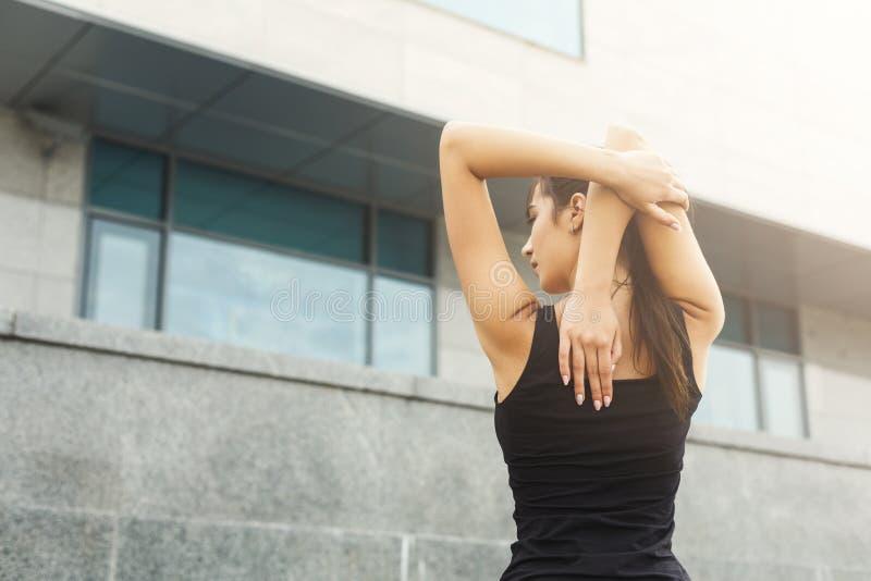 Eignungsfrau am Ausdehnen draußen ausbilden lizenzfreie stockbilder