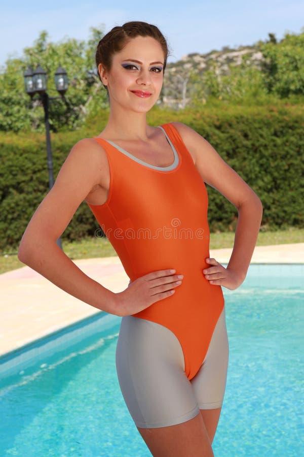 Eignungsfrau in der gymnastischen Ausstattung stockfotos