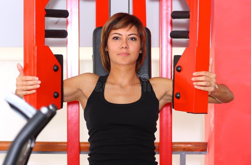 Eignungsfrau in der Turnhalle lizenzfreies stockfoto