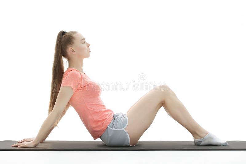 Eignungsfrau, die Übung tut, um die Bauchmuskeln zu verstärken lizenzfreies stockfoto