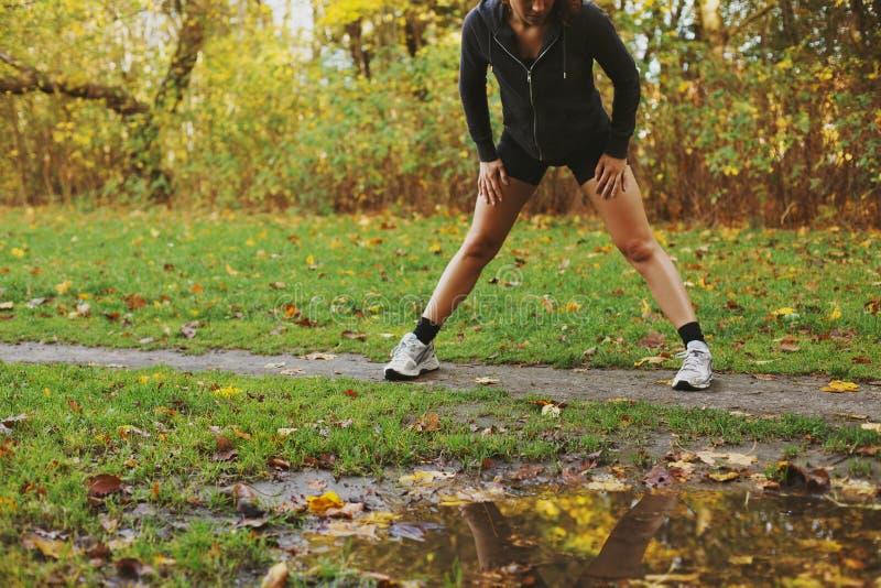 Eignungsfrau, die draußen trainiert lizenzfreies stockfoto