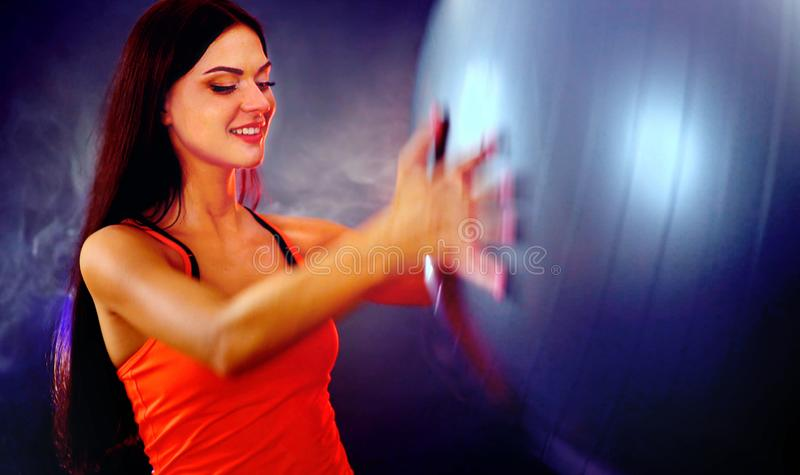 Eignungsmädchen, das Gymnastikball in fitball Turnhalle ausübt lizenzfreie stockbilder