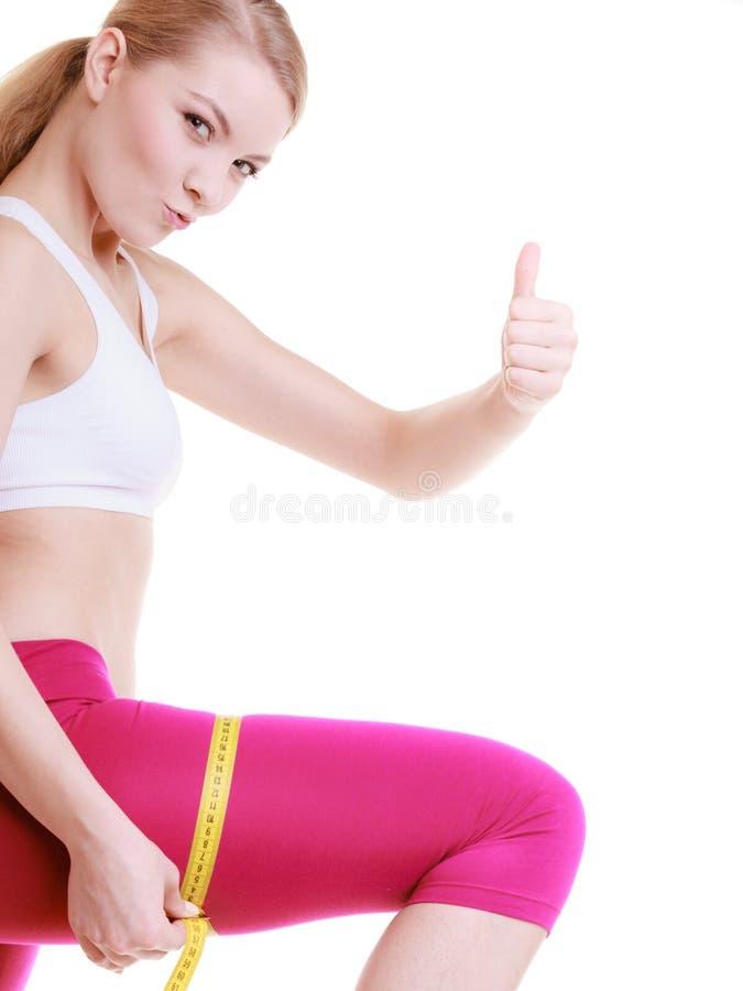 Eignungsmädchen-Sportfrau, die ihren Schenkel misst stockbilder