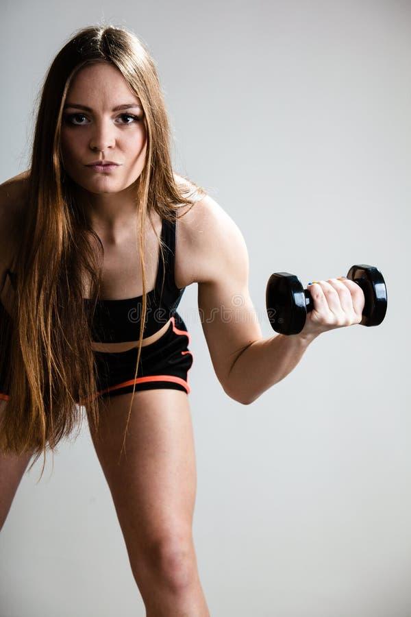 Eignungsmädchentrainings-Schultermuskeln, die Dummköpfe anheben stockfoto