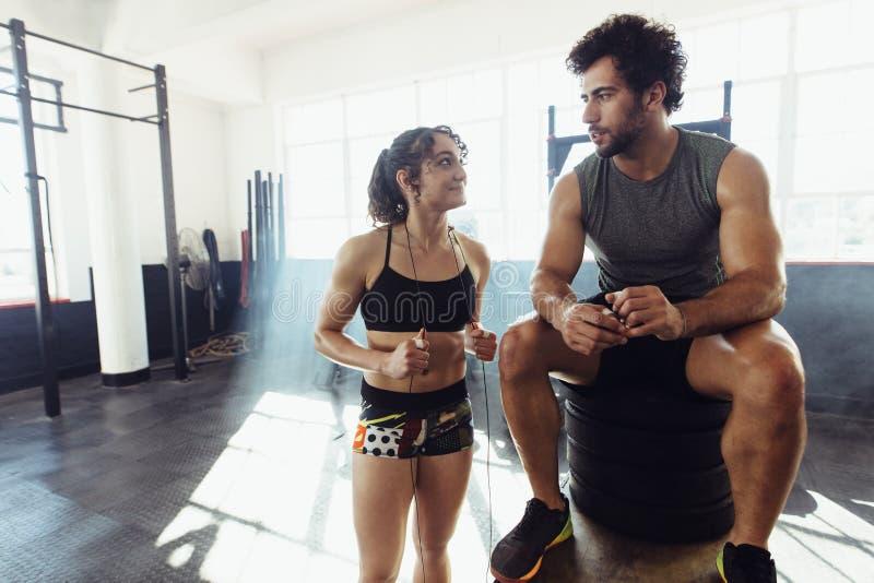 Eignungspaare, die eine Pause nach körperlichem Training machen lizenzfreie stockfotografie