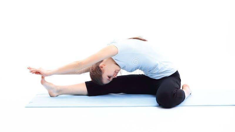 Eignungstrainer, der Übung der Muskeln ausdehnend tut stockfotos
