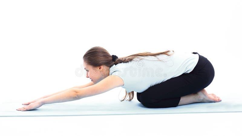 Eignungstrainer, der Übung der Muskeln ausdehnend tut lizenzfreie stockfotos