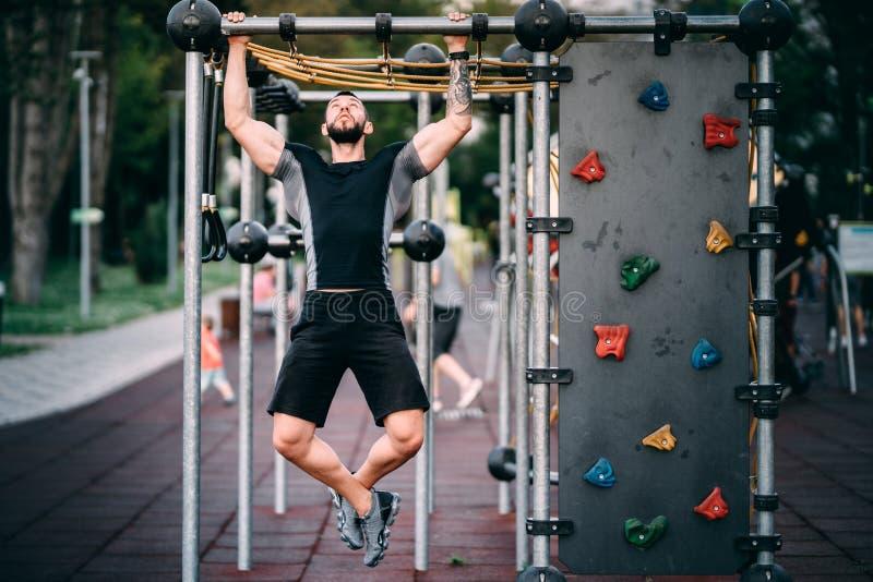 Eignungstrainer, der im Park, Bodybuilder hat einen gesunden Lebensstil ausarbeitet lizenzfreies stockbild