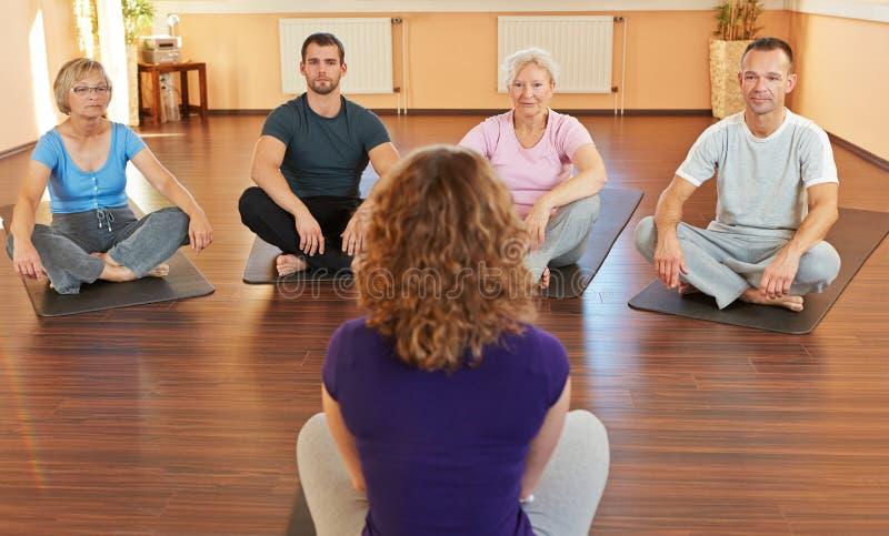 Eignungtrainer, der Yoga gibt stockbilder