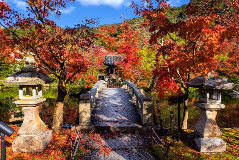 Eikando在桥梁,京都附近的秋天公园 免版税库存图片