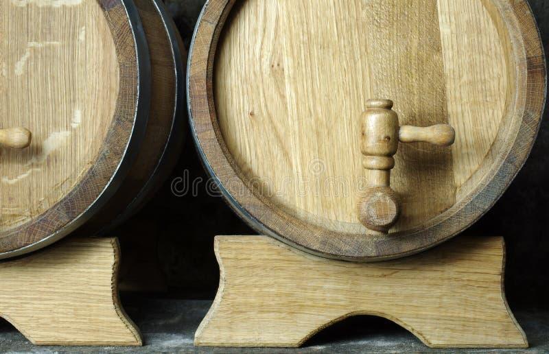 Eiken houten vaten met kranen stock afbeeldingen