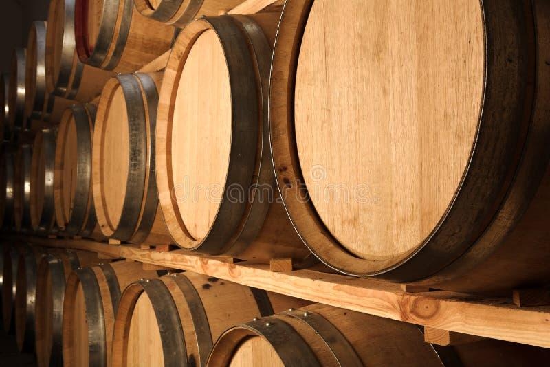 Eiken vaten die rode wijn rijpen stock afbeeldingen