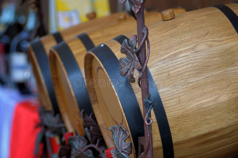 Eiken vaten met wijn stock foto's
