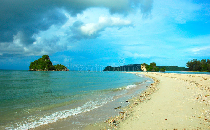 Eiland dat door Heldere Blauwe Hemel, Krabi, Thailand wordt geslikt. stock afbeelding
