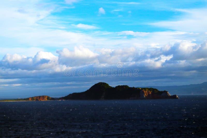 Eiland in de baai van Manilla in de loop van de dag royalty-vrije stock afbeelding
