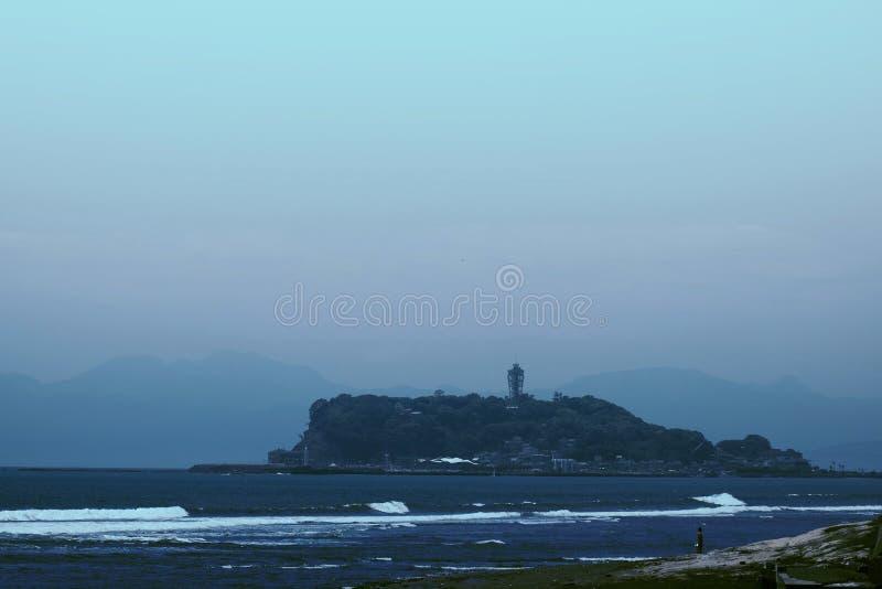 Eiland in het overzees en de blauwe hemel royalty-vrije stock afbeelding