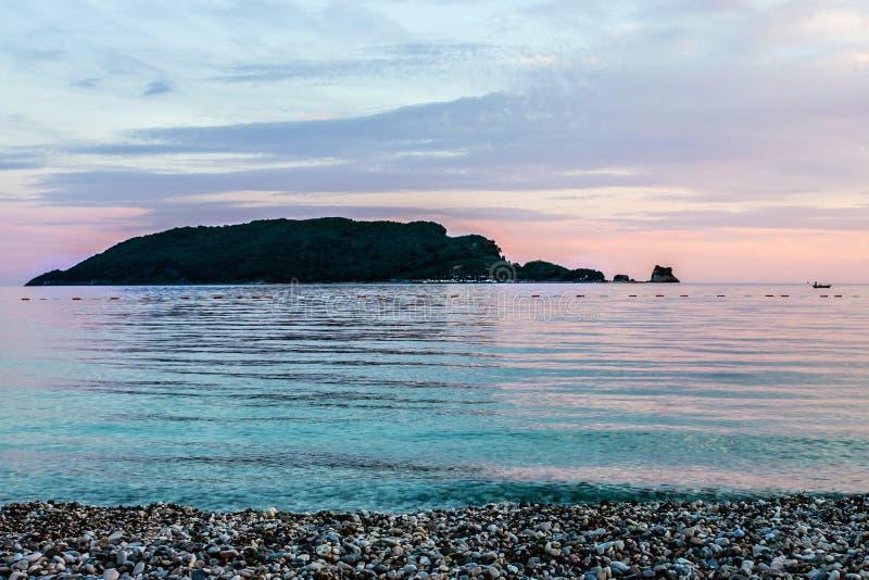 Eiland in het overzees, strandzonsondergang stock fotografie