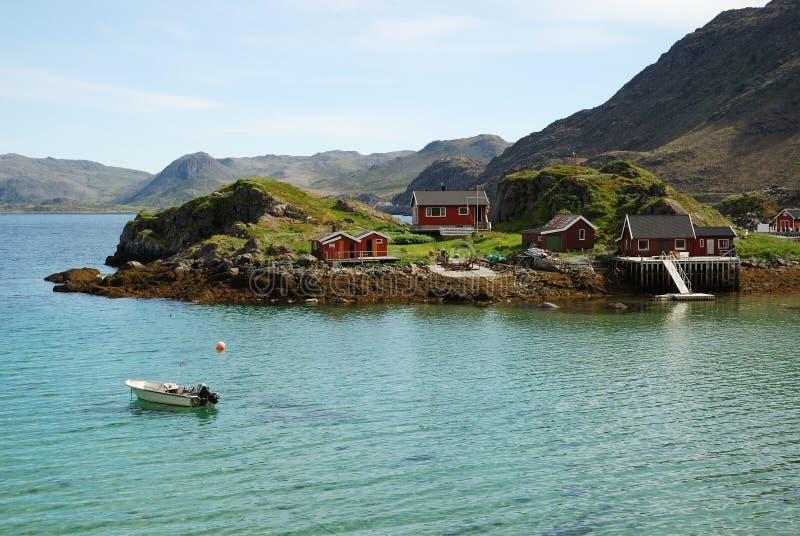 Eiland met de visserij van dorp in het midden van fjord stock fotografie