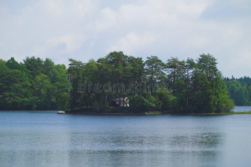 Eiland met plattelandshuisje stock foto