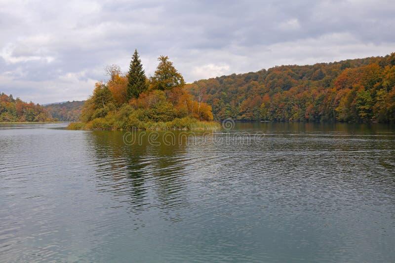 Eiland op mountinmeer in de herfst stock fotografie