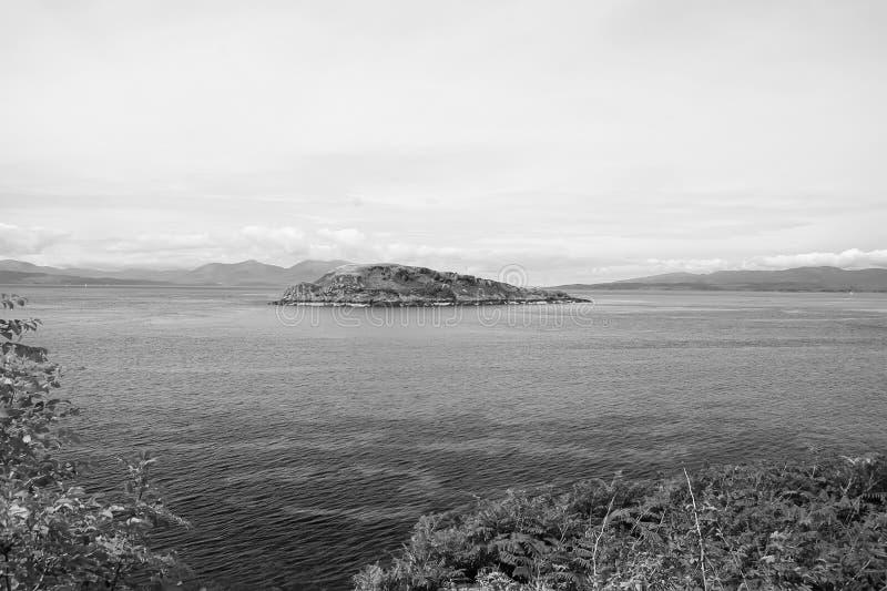 Eiland in overzees in Oban, het Verenigd Koninkrijk Archipel op idyllische hemel De zomervakantie op eiland Avontuur en ontdekkin stock foto