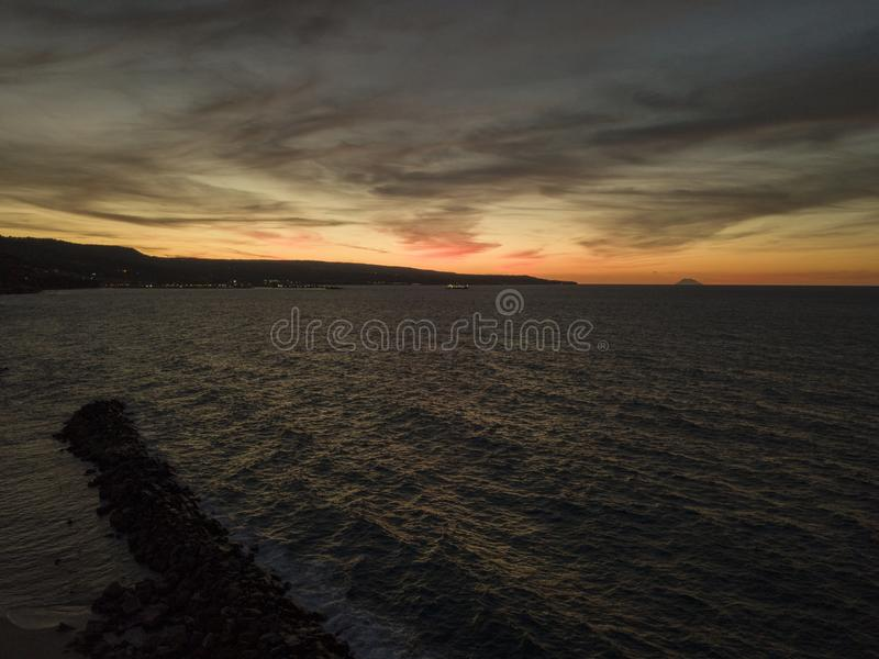 Eiland Stromboli Vulkaan bij zonsondergang van de Calabrian kust Italië wordt gezien dat stock afbeeldingen