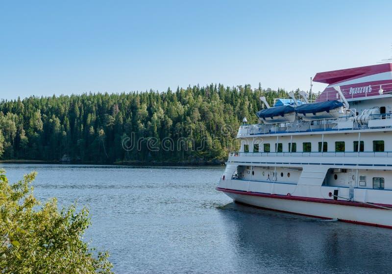 Eiland Valaam, Rusland - September 6, 2017: Vastgelegde toeristenboten bij het dok op het eiland in Valaam, Rusland royalty-vrije stock fotografie