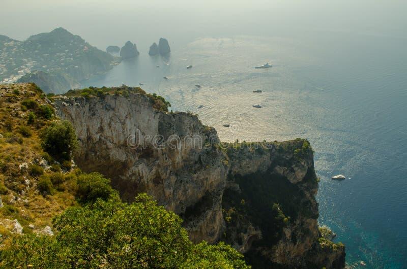 Eiland van Capri met een bezige Mediterrane baai royalty-vrije stock foto's