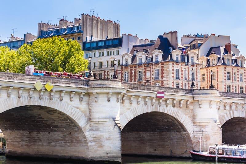 Eiland van de Stad Nieuwe brug in Parijs over de rivier Sena stock afbeeldingen