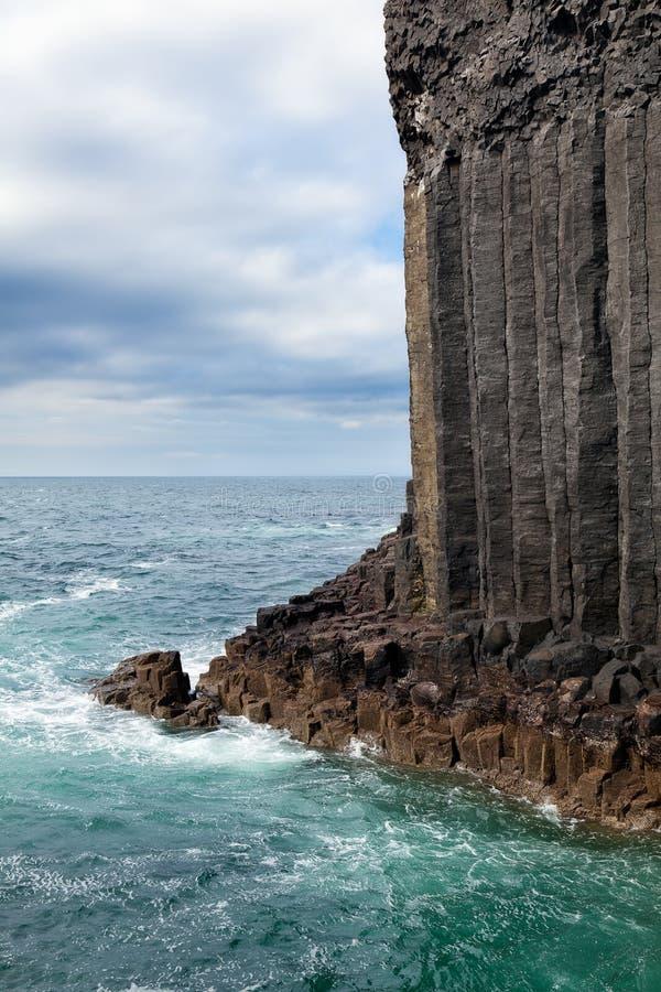 Eiland van Staffa-basaltkolommen door het overzees royalty-vrije stock afbeeldingen