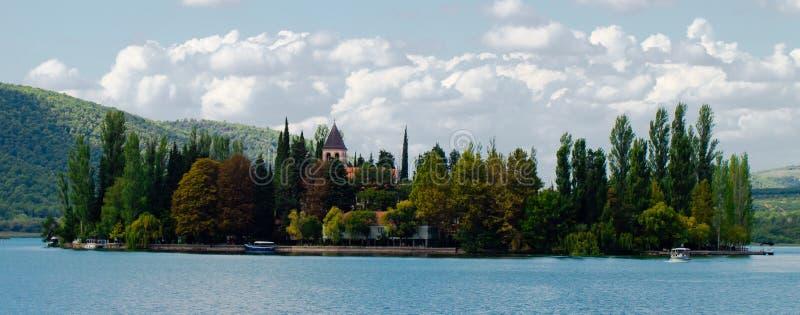 Eiland van Visovac-Klooster in Kroatië royalty-vrije stock foto