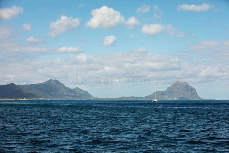 Eilandberg in de verre horizon stock foto