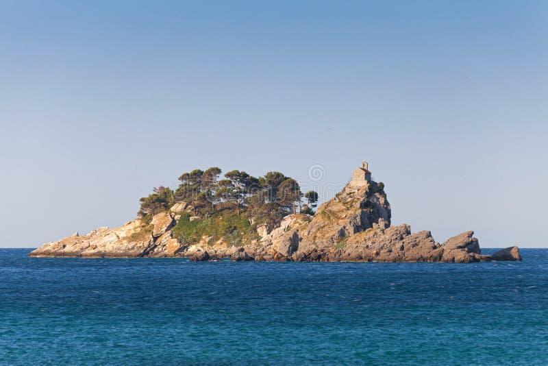 Eilanden in baai van Petrovac-stad, Adriatische Overzees stock foto's