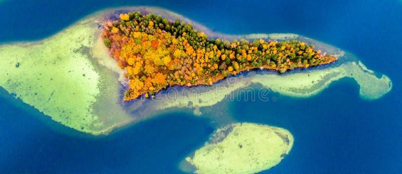 Download Eilanden op meer, lucht stock foto. Afbeelding bestaande uit bovenkant - 107704962