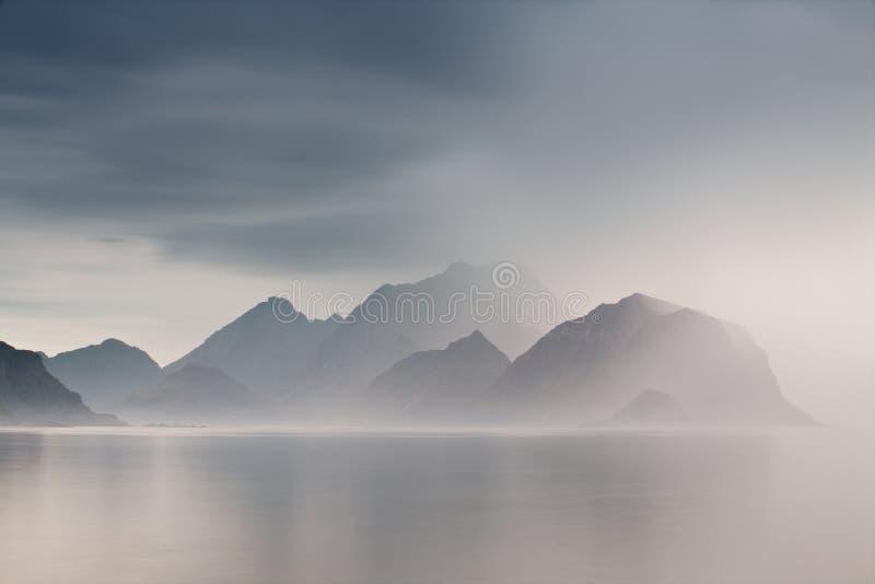 Eilanden van de zomer de bewolkte Lofoten De nevelige fjorden van Noorwegen stock afbeelding