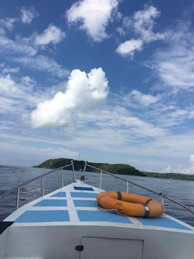 Eilandhoppen in boot stock afbeeldingen