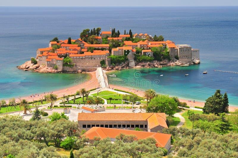 Eilandje en de toevlucht van Svetistefan het kleine in Montenegro de Balkan royalty-vrije stock afbeelding