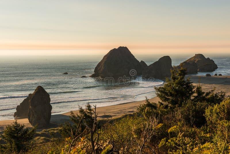 Eilandjes die in de Vreedzame Oceaan op een strand in Zuidelijk Oregon, de V.S. uitpuilen royalty-vrije stock foto's
