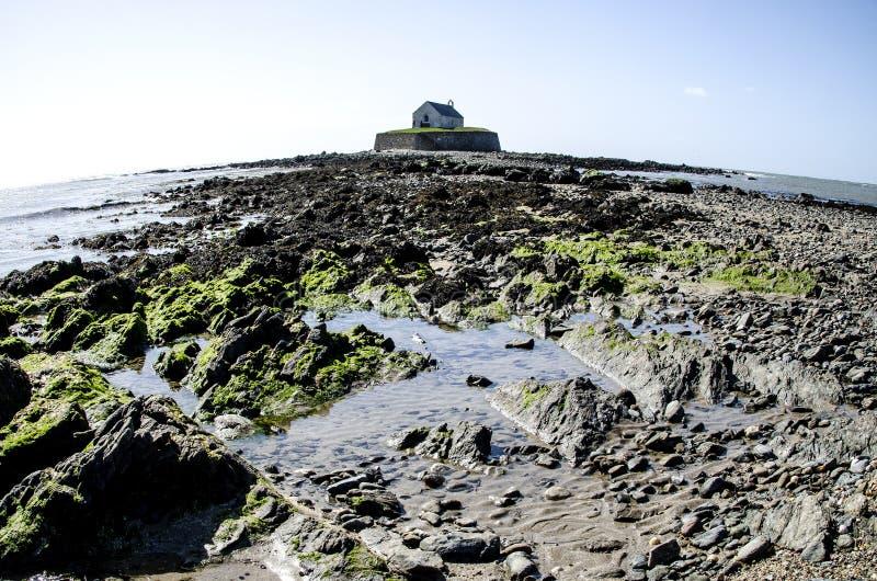Eilandkapel at low tide, Wales stock foto