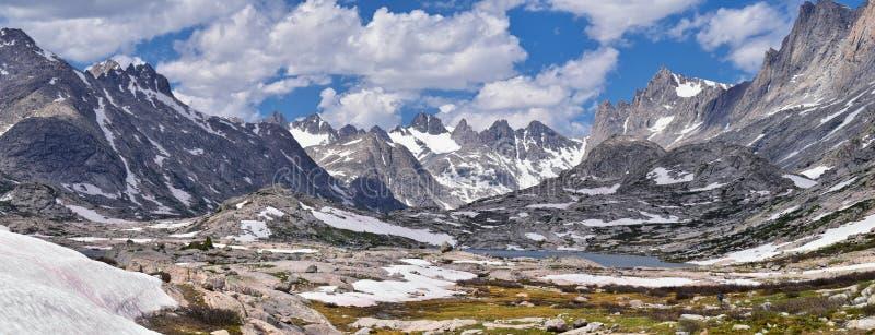 Eilandmeer in de Wind River-Waaier, Rocky Mountains, Wyoming, meningen van het backpacking van wandelingssleep aan Titcomb-Bassin stock foto's