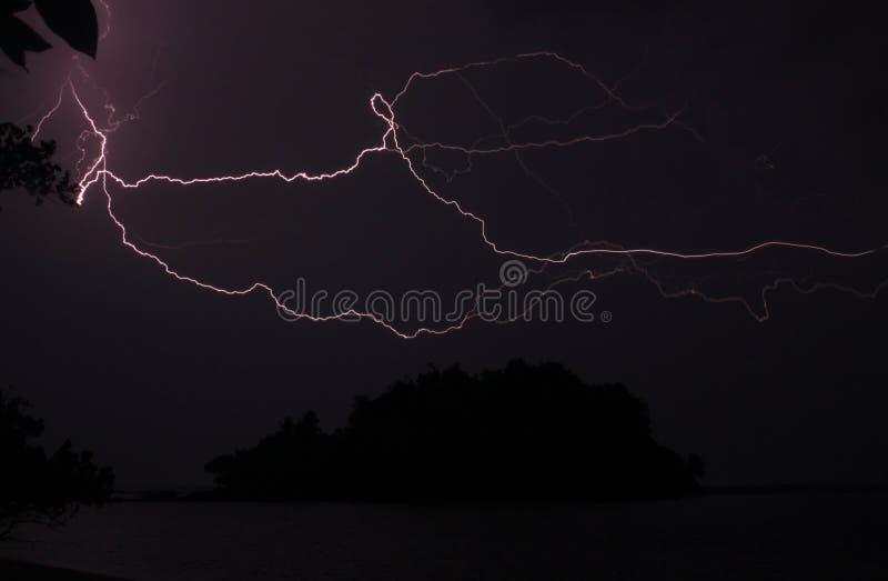 Eilandsilhouet tijdens onweer royalty-vrije stock afbeeldingen