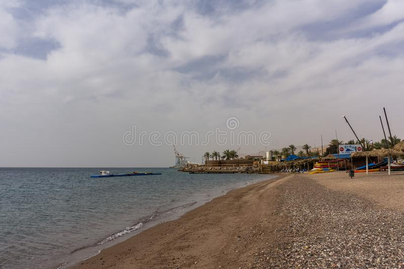 EILAT, ISRAËL - Maart 28, 2018: de post van de kajakshuur bij het strand royalty-vrije stock fotografie